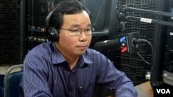 Mr. Chan Sophal, an economist and spokesman of the Cambodian Economic Association, joins VOA Khmer's Hello VOA radio call-in show to talk about the possible pros and cons of Cambodia's entering into the ASEAN Economic Community at the end of 2015, Thursday, December 4, 2014. (Lim Sothy/VOA Khmer)