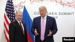 AQSh Prezidenti Donald Tramp (o'ngda) Rossiya rahbari Vladimir Putin bilan, Osaka, Yaponiya, 2019-yil, 28-iyun.