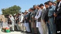 Похороны заместителя шефа полиции провинции Газни Мохаммада Хуссейна. Газни, Афганистан. 28 апреля 2013 года