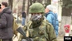 ທະຫານທີ່ບໍ່ຊາບຝ່າຍຄົນນຶ່ງ ລາດຕະເວນຢູ່ນອກສະພາ Crimea