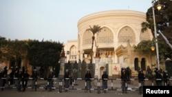 Охрана у президентского дворца в Каире, Египет. 16 декабря 2012 года