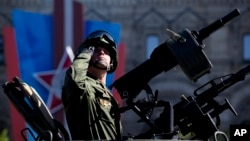 Ruski vojnik tokom parade u Moskvi
