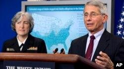 11일 안토니 파우치 미국 국립보건원(NIH) 산하 국립알레르기감염연구소(NIAID) 소장(오른쪽)과 미 질병예방통제센터(CDC) 앤 슈챗 부소장이 지카 바이러스와 관련해 백악관에서 기자간담회을 가졌다.