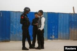 지난해 3월 중국 신장 위구르 자치구 카슈가르에서 공안이 주민들을 검문하고 있다. (자료사진)