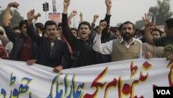 Warga Pakistan meneriakkan slogan-slogan anti-Amerika dan NATO di Lahore (Sabtu 26/11) setelah serangan fajar NATO menewaskan 26 personil militernya.