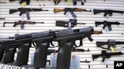 Pistol dan berbagai senjata serbu dijual di sebuah toko senjata di Springfield, Illinois, AS (foto: ilustrasi).
