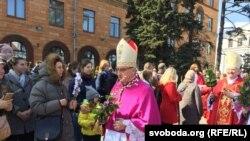 Архиепископ Кондрусевич с верующими