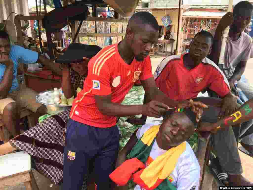 Les fans du Mali se préparent à Port-Gentil avant le match du groupe D, au Gabon, le 16 janvier 2017. (VOA/ Timothée Donangmaye)