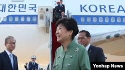 이란 국빈 방문을 마친 박근혜 한국 대통령이 4일 성남 서울공항에 도착해 환영 나온 관계자들과 인사하고 있다.