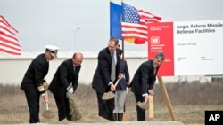 El vicealmirante estadounidense, James D. Syring, el presidente de Rumania, Traian Basescu , el subsecretario de Defensa de EE.UU. para Política, James N Miller, y el ministro rumano de Defensa, Mircea Dusa, durante la ceremonia.
