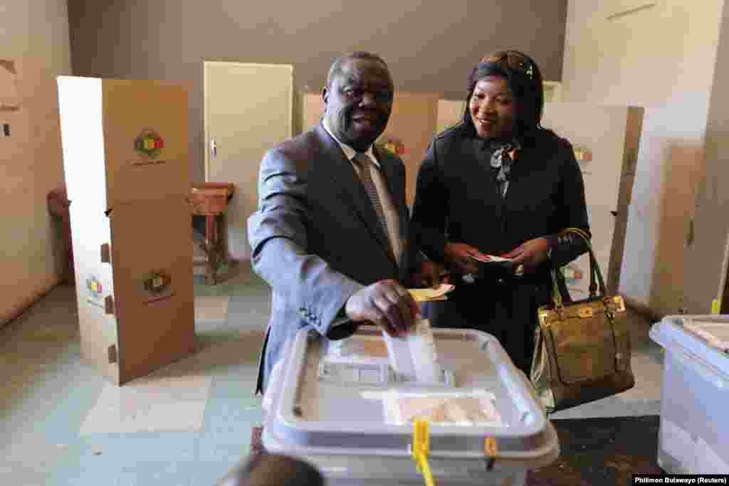 O chefe do Movimento para a Mudança Democrática (MDC), o maior partido da oposição no Zimbabwe, votou pela manhã com a esposa em Harare.