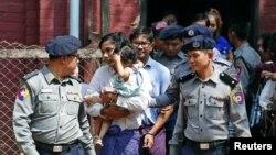 Kyaw Soe Oo e Wa Lone escoltados pela polícia, Yangon, Mianmar, Fevereiro, 2018.