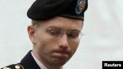 El soldado Bradley Manning entra a la corte en Fort Meade, Maryland.
