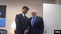 7月17日国际广播局局长理查德.洛波(右)会晤藏人行政中央首席部长洛桑森格。