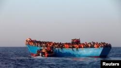 در هفتههای اخیر تعداد پناهجویانی که با استفاده از قایق از کانال مانش رد شده و به بریتانیا میروند، افزایش پیدا کرده است.