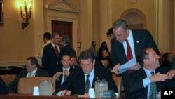 众议员瑞安 (前排左)