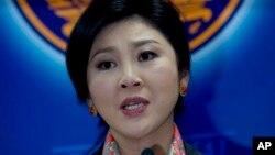 អតីតនាយករដ្ឋមន្ត្រី Yingluck Shinawatra ថ្លែងទៅកាន់អ្នកយកព័ត៌មានកាលពីថ្ងៃទី៧ ខែឧសភា ឆ្នាំ២០១៤។