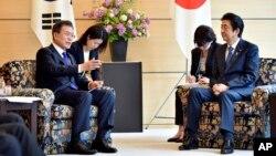 문재인 한국 대통령과 아베 신조 일본 총리가 지난해 5월 일본 도쿄 총리 관저에서 정상회담을 하고 있다.