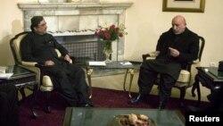 Afg'oniston prezidenti Hamid Karzay (o'ngda) Pokiston prezidenti Osif Ali Zardariyni Kobulda qabul qilmoqda, 18-noyabr, 2009-yil