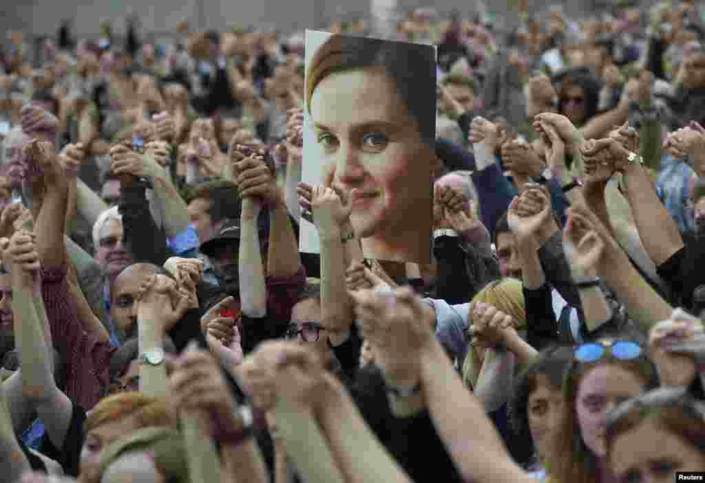 Dân chúng siết tay nhau tại Quảng trường Trafalgar, London (Anh) khi tham dự lễ tưởng niệm nữ nghị sĩ Công đảng Anh Jo Cox bị sát hại.