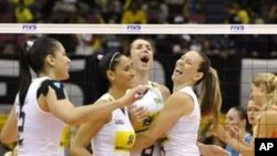 Brazil's volleyball players reacts after their winning point against the Netherlands during the first round match of the world women's volleyball championship in Hamamatsu, Shizuoka, 31 Oct 2010