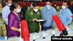၂၀၂၁ ဧၿပီလ ၁ ရက္ေန႔တုန္းက က်င္းပတဲ့ ေက်ာက္မ်က္ရတနာျပပြဲကို အာဏာသိမ္း စစ္ေကာင္စီေခါင္းေဆာင္ ဗိုလ္ခ်ဳပ္မႉးႀကီး မင္းေအာင္လႈိင္တက္ေရာက္ ( ဓါတ္ပံု- Senior General Min Aung Hlaing .com )