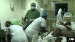 Des victimes des affrotnements entre policiers et forces de l'ordre prennent des soins medicaux dans une clinique à libreville, 31août ici 2016.