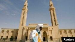 Un homme marche devant une mosquée, au centre de la capitale, à Nouakchott, le 2 février 2008.