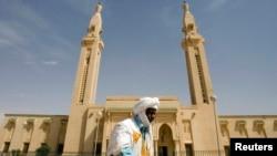 Un homme marche devant une mosquée, au centre de la capitale, à Nouakchott, en Mauritanie, le 2 février 2008.