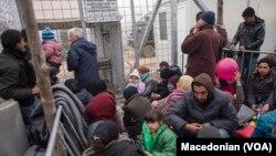 9일 마케도니아 입국을 거부당한 이민자들이 폐쇄된 국경 지대에서 체류하고 있다.