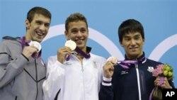မီတာ ၂၀၀ ေရကူူးဆုတံဆိပ္ရွင္မ်ား (ဝဲမွယာ) Michael Phelps (အေမရိကန္)၊ Chad le Clos (ေတာင္အာဖရိက)၊ Takeshi Matsuda (ဂ်ပန္)။ ဇူလိုင္ ၃၁၊ ၂၀၁၁၂။
