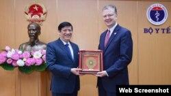Bộ trưởng Y tế Nguyễn Thanh Long và Đại sứ Mỹ Daniel Kritenbrink, ngày 1/4/2021. Photo: Báo Gia đình và Xã hội via Facebook US Embassy Hanoi