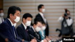 Thủ tướng Nhật Shinzo Abe phát biểu tại cuộc họp về các biện pháp chống dịch COVID-19 tại phủ Thủ tướng ngày 6/4/2020. Franck Robichon/Pool via REUTERS