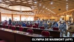 Des personnes assistent à l'ouverture du procès des auteurs présumés de l'assassinat de Thomas Sankara à Ouagadougou, le 11 octobre 2021