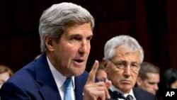 존 케리 미국 국무장관(왼쪽)이 3일 상원 외교위원회에서 열린 시리아 사태 청문회에서 미국 정부의 입장을 밝히고 있다. 오른쪽은 척 헤이글 국방장관.