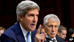 ABD Dışişleri Bakanı John Kerry, Savunma Bakanı Chuck Hagel'la (sağda) aynı oturuma katıldı