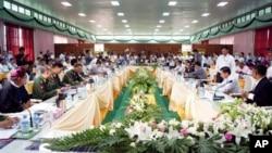 30일 버마 카친주의 미치나시에서 열린 휴전 회담에 참석한 카친 반군와 버마 정부 대표들.