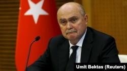 """Dışişleri Bakanı Feridun Sinirlioğlu da Paris'teki Suriye toplantısına katılan isimlerden biriydi. Sinirlioğlu, CNN İnternational televizyonuna verdiği özel demeçte, Türkiye'nin """"Esat gitmeli, Rusya hata yapıyor"""" şeklindeki pozisyonlarını koruduklarının işaretini verdi."""