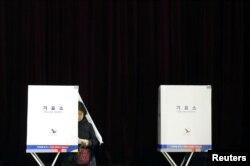 한국 제19대 대통령 선거일인 9일 서울에 마련된 투표소에서 시민들이 투표하고 있다.