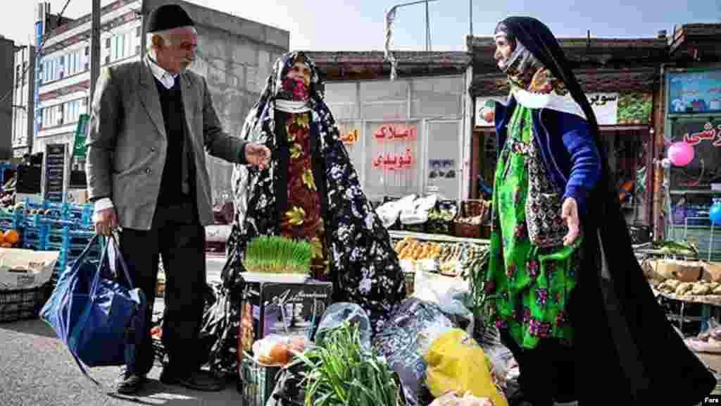 به ویژه در شهرستانها، بازارچههای محلی نقش مهمی در خریدهای نوروزی دارند. مثل این بازارچه در ورزقان در استان آذربایجان شرقی