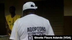 Une femme porte un t-shirt appelant à avoir un comportement citoyen lors de cette journée électorale, le 6 mars 2016 à Cotonou, Bénin. (VOA/Ginette Fleure Adande)