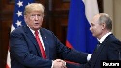 도널드 트럼프 미국 대통령과 블라디미르 푸틴 러시아 대통령이 지난 16일 핀란드 헬싱키에서 열린 정상회담 공동기자회견에서 악수하고 있다.