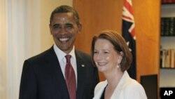 길라드 호주 총리(우)와 악수하는 오바마 미국 대통령(좌)