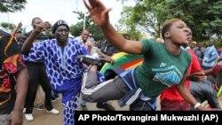 Радісні протестувальники на вулицях Гараре вимагають відставки президента Гараре