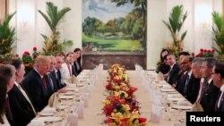 Presiden AS Donald Trump dan delegasi menikmati jamuan makan siang dengan Perdana Menteri Singapura Lee Hsien Loong dan para pejabat Singapura di Istana, Singapura, 11 Juni 2018.