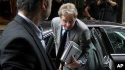 15일 그리스 재정긴축 협상을 위해 아테네 회의장으로 들어서는 폴 탐슨 국제통화기금 대표(오른쪽).
