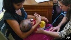 Un petit malade de la coqueluche, qui tue des dizaines de milliers d'enfants chaque année à travers le monde