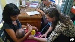 Majka sa detetom koje je obolelo od velikog kašlja
