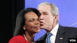 Bush saluda a su colega Condoleezza Rice durante el evento en SMU.