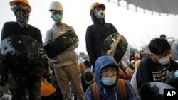 Người biểu tình ở Hong Kong sau một cuộc đụng độ với cảnh sát vào sáng sớm thứ tư, 19/11/14